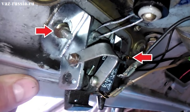 Выкручивание гаек крепления замка к крышки багажника