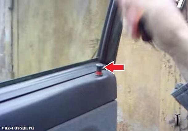 Выворачивание кнопки блокировки автомобильной двери