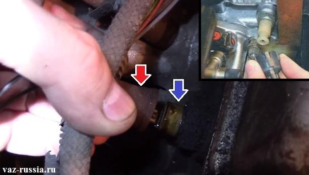 Отсоединение колодки проводов от датчика давления масла и его выкручивание