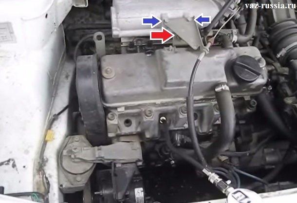 Выворачивание двух гаек крепления кронштейна который удерживает трос газа и снятие его