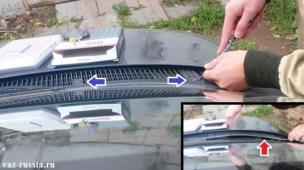 Вынимание заглушек под которыми винты крепления правой облицовки располагаются и после выворачивания винтов, снятие облицовки