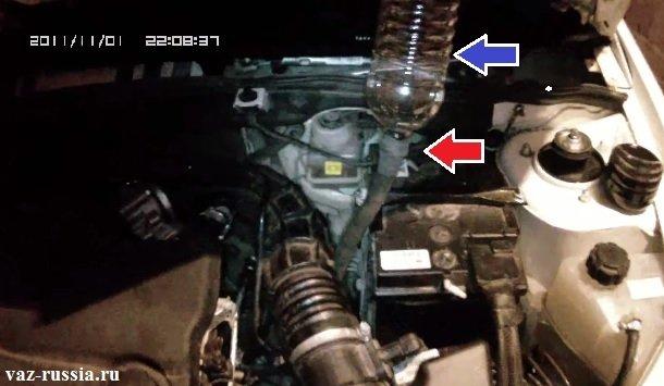Специальное приспособление, сделанное из бутылки и шланга, для заливания трансмиссионного масла в коробку передач