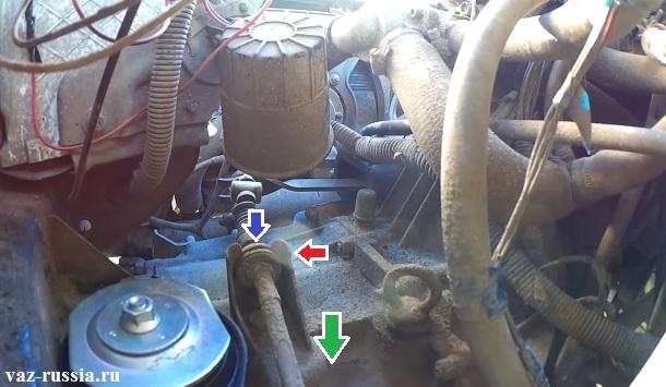 Извлечение направляющей втулки оболочки троса и выведение троса из кронштейна который присутствует на коробке