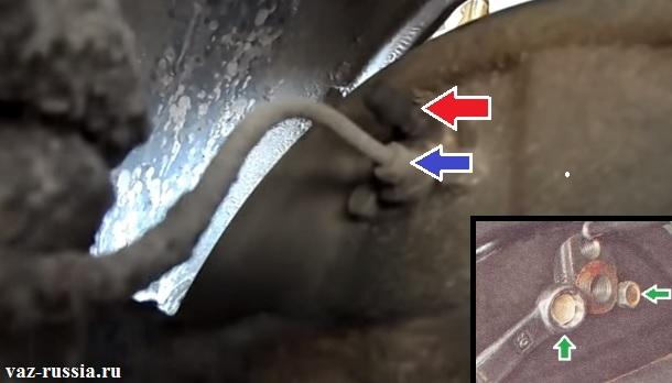 Снятие пластмассового колпача и выкручивание штуцера и топливной трубки, а так же отворачивание двух болтов и снятие тормозного цилиндра с автомобиля