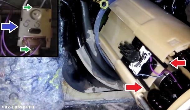 Выворачивание винтов крепления датчика и его снятие, или если у вас двигатель 1.6, то разжимание боковых фиксаторов крепления датчика и сдвигание его на верх и тем самым снятие с насоса