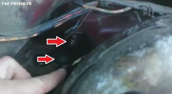 Отворачивание гаек крепления кронштейна усилителя тормозов и снятие усилителя со щита моторного отсека