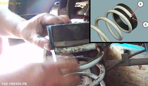 Приматывание клейкой лентой резиновой прокладки к пружине