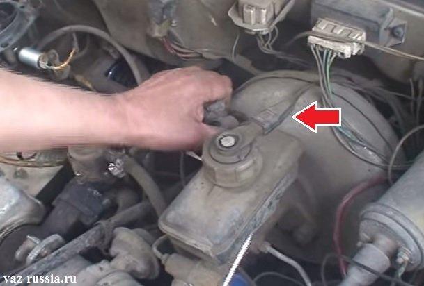 Отсоединение колодки проводов от крышке тормозного бачка