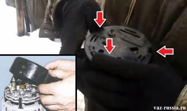 Отгибание защёлок и снятие крышки с генератора