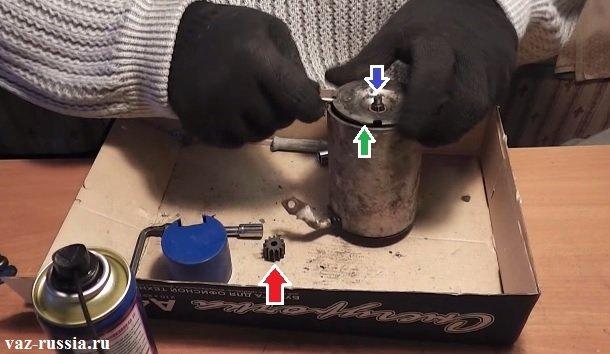 Снятие центральной шестерни и поддевание крышки