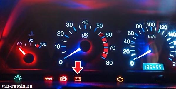 На фотографии показана панель приборов и на ней изображен индикатор заряда АКБ, который обычно загорается при выходе из строя генератора