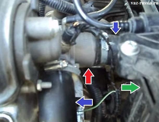 На фотографии показано местонахождение термостата в двигателе