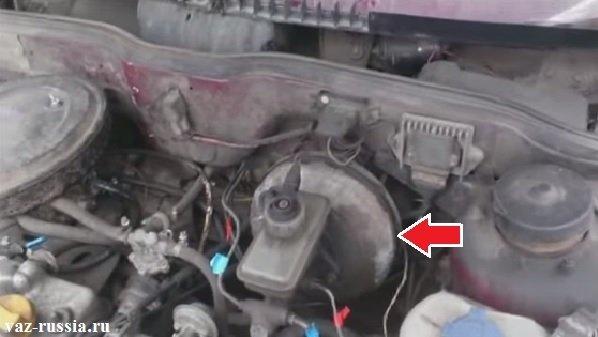 По фотографии можно понять как выглядит усилитель тормозов и где он располагается
