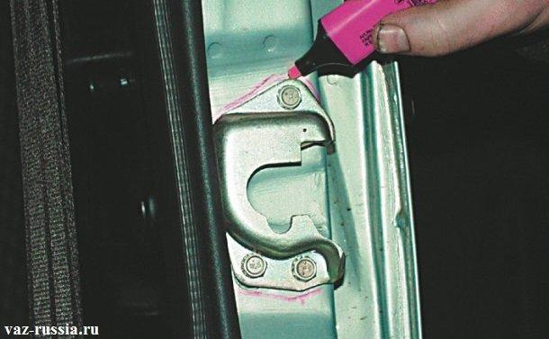 Вычерчивание местоположения фиксатора двери автомобиля