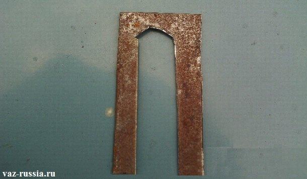 Ослабление болтов крепления двери и подкладывание под петлю металлической пластины