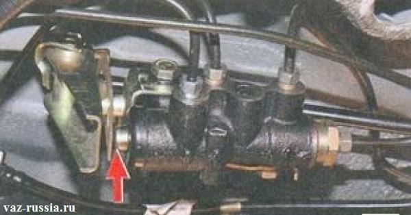 Кронштейн и поршень регулятора задних тормозов