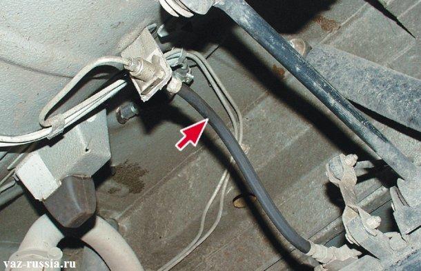На фото тормозной шланг указан стрелкой