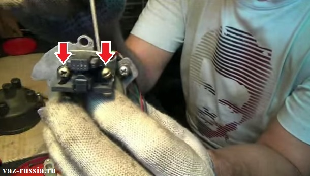 Отворачивание двух винтов крепления датчика и его снятие с опорной пластины