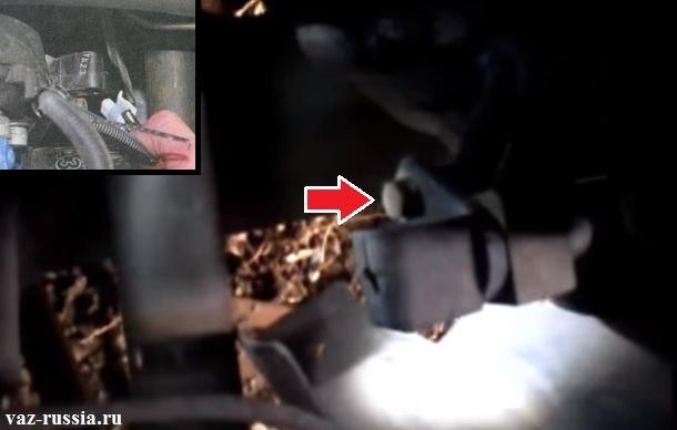 Выворачивание болта который датчик крепит и отсоединение от него колодки проводов и дальнейшее снятие ДПКВ с автомобиля