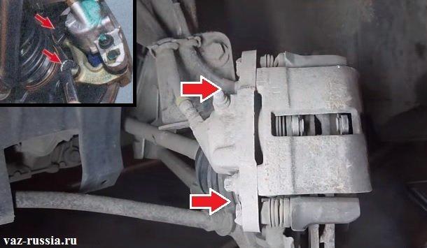 Выкручивание болтов которые крепят направляющую тормозных колодок и её снятие
