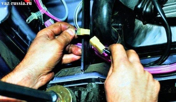 Разъединение проводов вентилятора охлаждения, для того чтобы его снять можно было