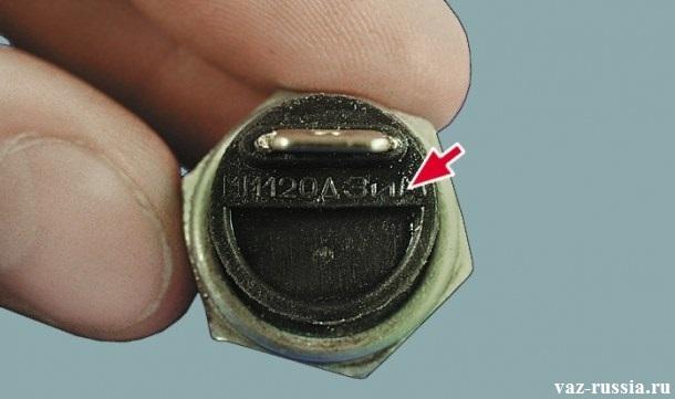 На фото показано где на датчике давления масла расположена маркировка
