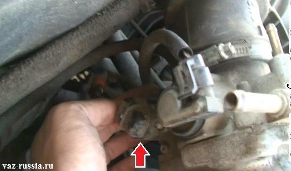 Стрелкой показано где находится датчик ХХ в двигателе автомобиля