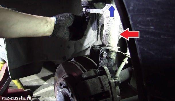 Стрелкой показана телескопическая стойка которая располагается в автомобиле