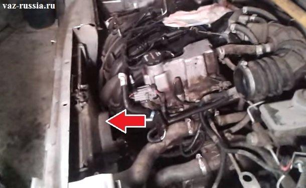 На фотографии можно понять где именно располагается вентилятор охлаждения в автомобилях семейства Самара 2