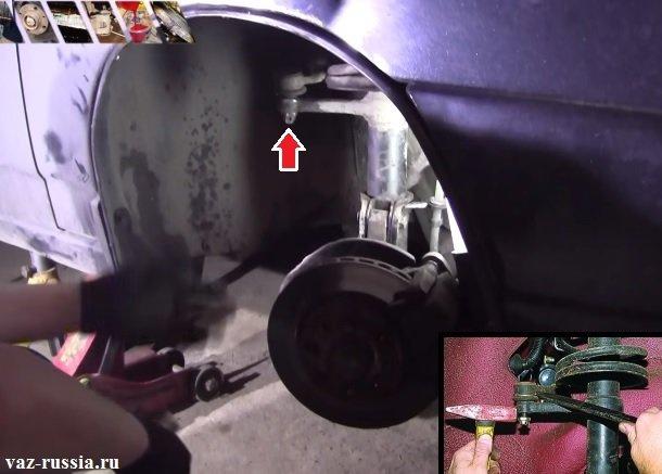 Отворачивание гайки крепления наконечника рулевой тяги и его выпрессовывание из отверстия при помощи спец. съёмника