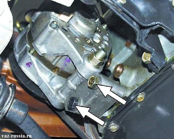 Выворачивание болтов которые генератор за кронштейн крепят к двигателю и его снятие с машины