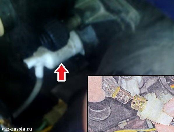 Вынимание патрона с лампой поворота и её замена