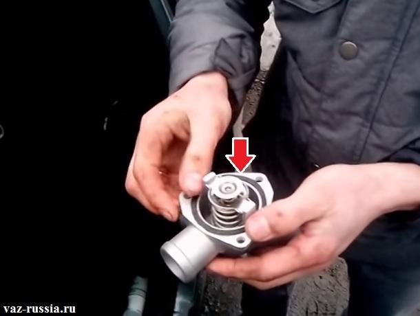 Снятие прокладки с крышки термостата и её замена