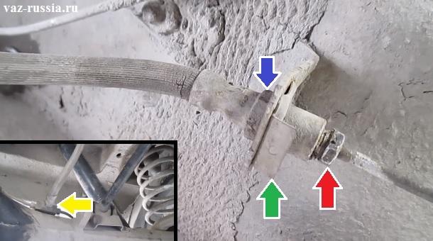 Отворачивание гаек крепления тормозного шланга к тормозным трубкам и дальнейшее его снятие с автомобиля