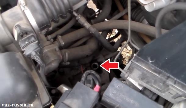 Заливное отверстие коробки передач, в который ещё щуп вставлен для проверки уровня масла