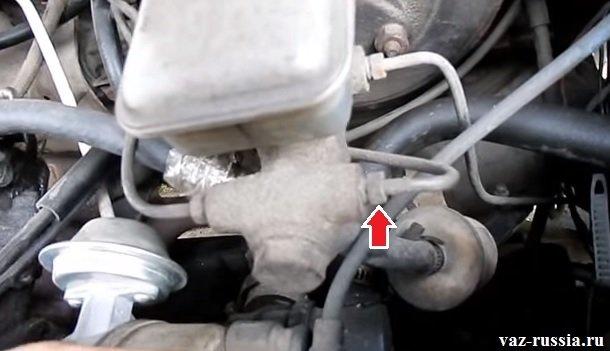 Выворачивание гайки штуцера тормозной трубки и отсоединение трубки от тормозного цилиндра