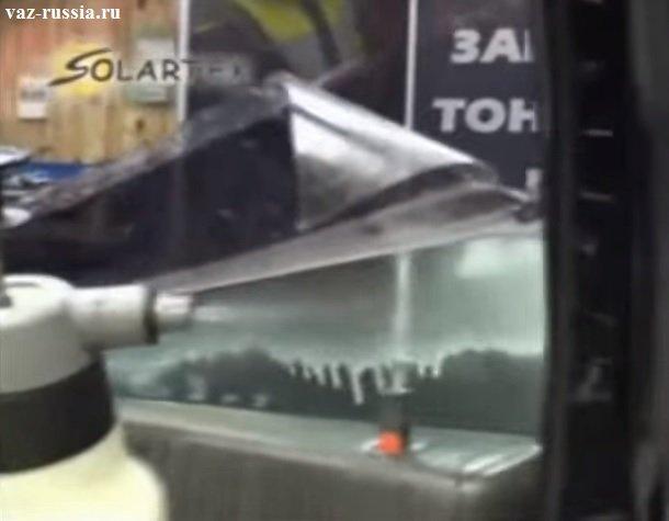 Нанесение мыльного раствора на стекло и сдирание защитной пленки