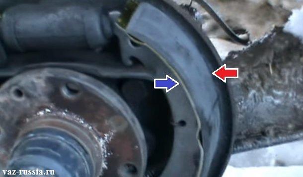 Стрелкой показано разделение тормозной колодки на части, а именно на основание и на фрикционную часть которая повреждена быть не должна и минимально допустимый диаметр у неё, равняется 1,5 мм кстати, он определяется либо на глаз, либо замеряется линейкой