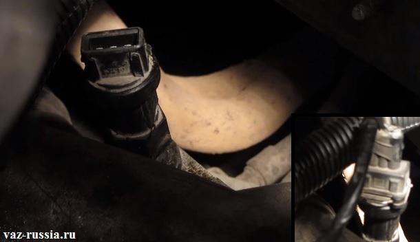 Отсоединение колодки проводов и выкручивание датчика из коробки