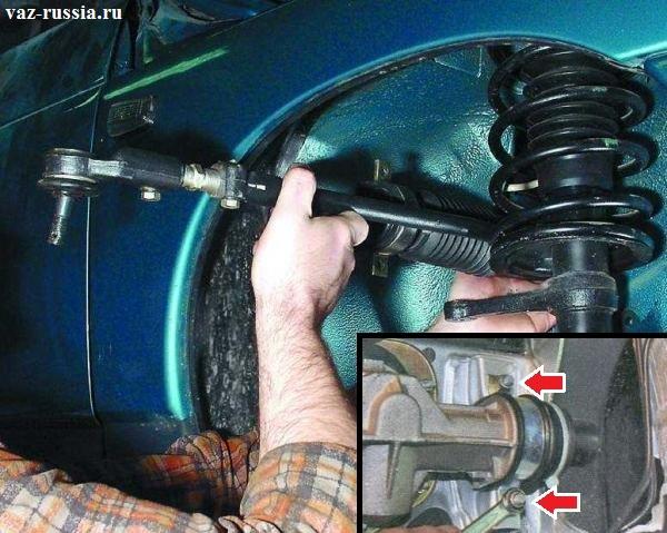 Отворачивание гаек и выведение рулевой рейки из под арки с правой части автомобиля