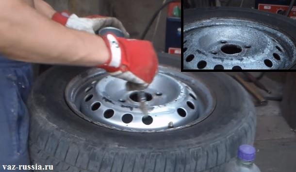 Нанесение при помощи кисточки спец. жидкости для снятия краски и зачищение диска при помощи шкурки