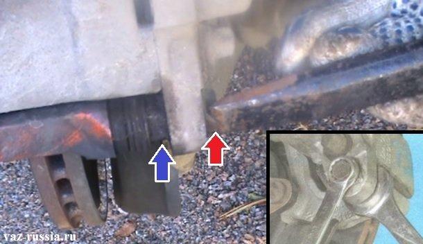 Выкручивание болтов направляющий пальцев и откидывание скобы тормозного суппорта вверх