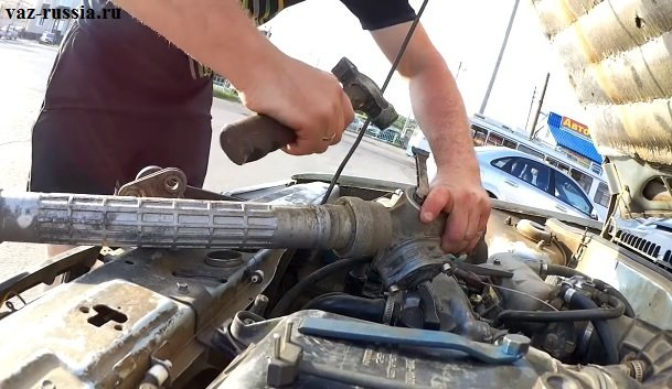 Подтяжка рулевой рейки при помощи молотка и спец. ключа