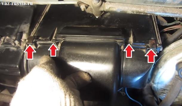 Снятие фиксаторов которые скрепляют между собой кожухи, внутри которых располагается моторчик печки