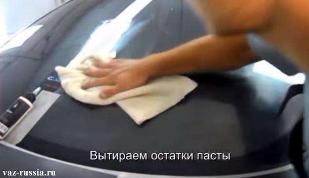 Тряпка и лобовое стекло автомобиля