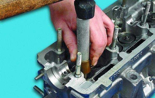 Инструмент, имеющий в корпусе индикатор угла