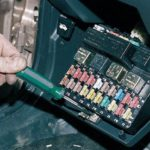 Как использовать схему предохранителей на ВАЗ-2110 во время ремонта машины?