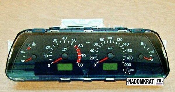 Стандартная панель приборов на автомобиле ВАЗ-2110