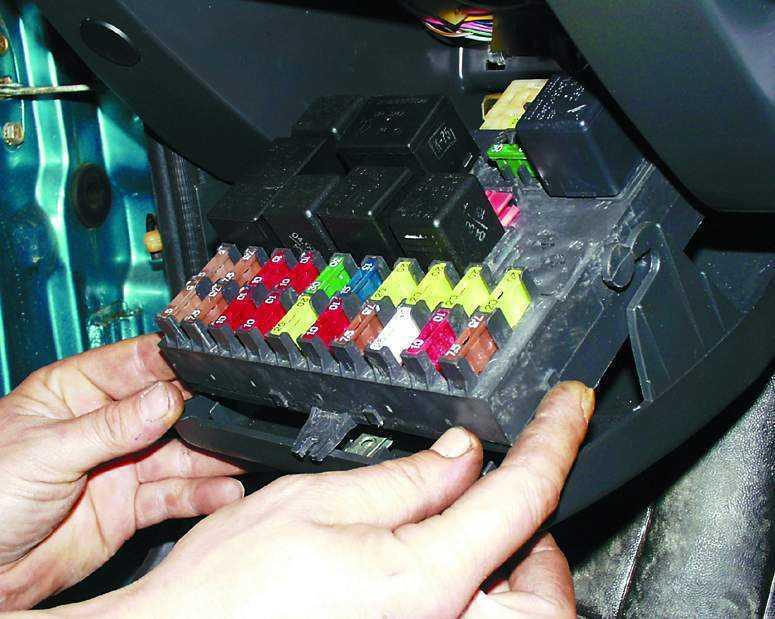 Снятие предохранительного блока у Приоры